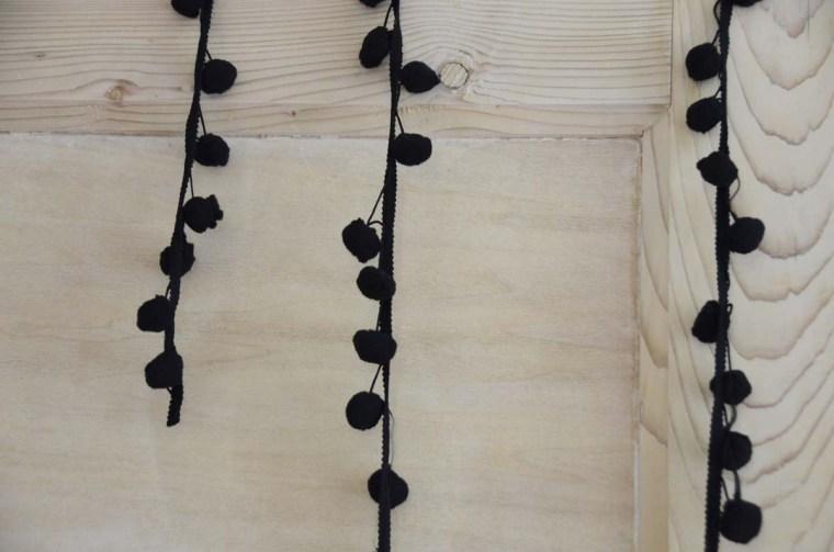 gros pompons noirs soie dit en couleurs