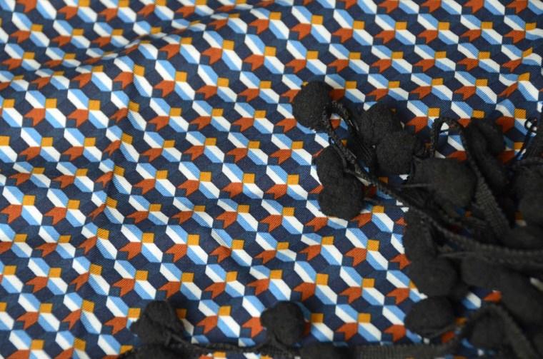 tissu graphique gros pompons noirs