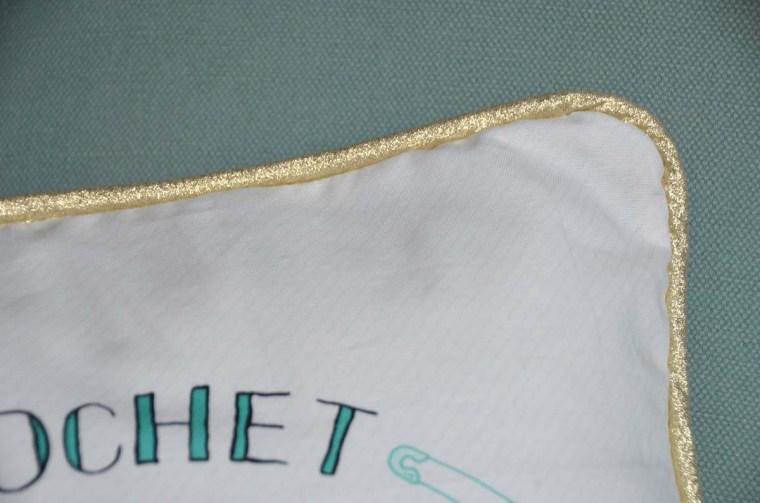 coussin-crochet-love-raye